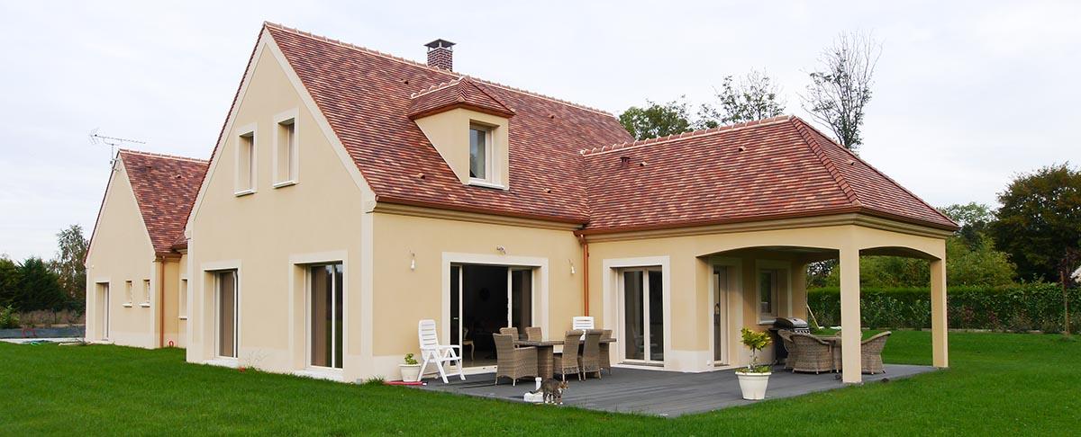 Vue de face (deux terrasses, porche)