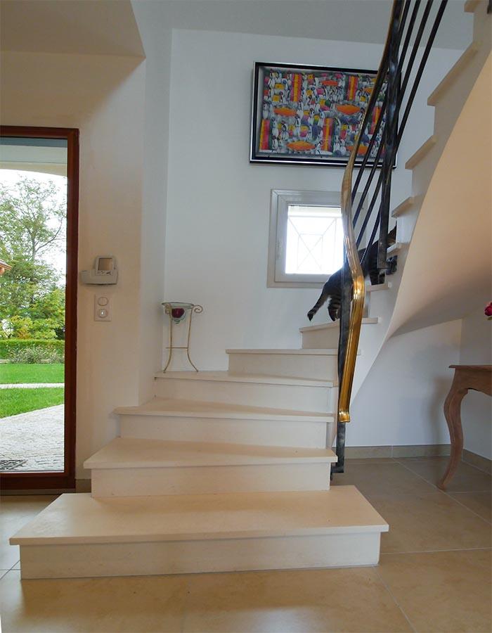 Le superbe escalier, élégant et coloré. Maison bioclimatique. FrandeMaisons-idf