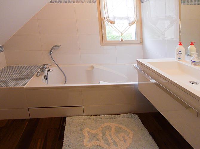 Salle de bain orange. Maison île de France en Yvelines