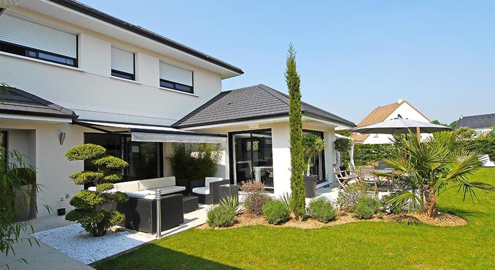 Des cubes, de terrasses, des toits plats, maison zen à l'italienne