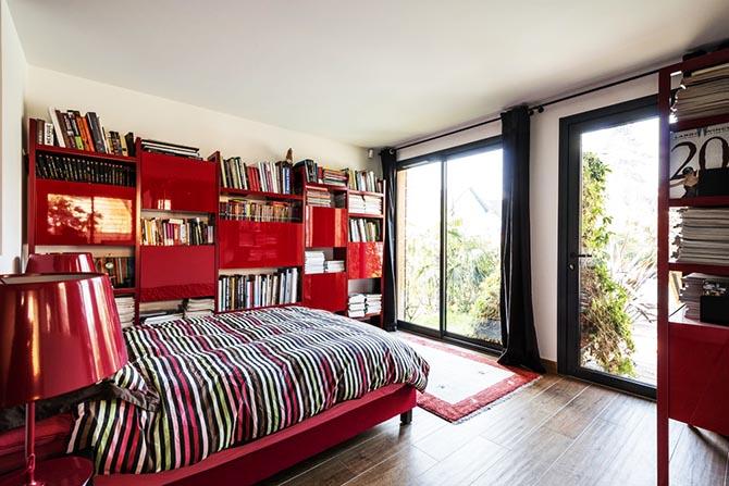 Maison bois piscine Sèvre. La chambre rouge