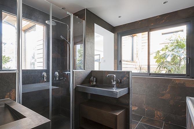 Maison bois piscine Hauts de Seine. La salle de bains