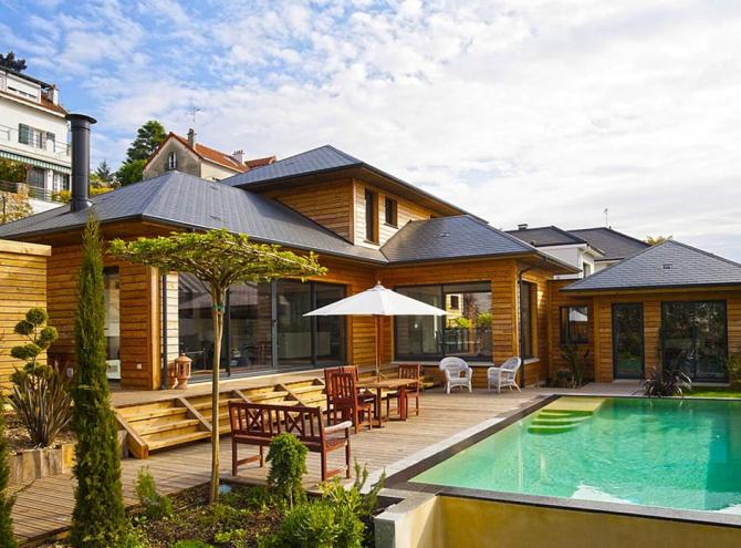 Maison bois et piscine. Une maison de vacances en ville