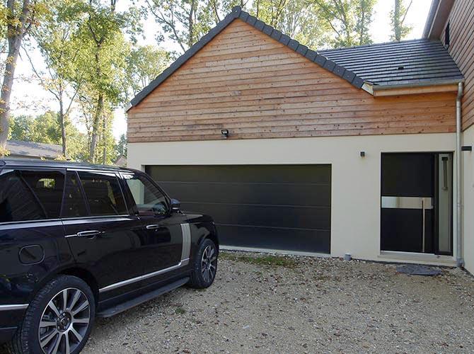 Maison bardage bois. Garage deux voitures