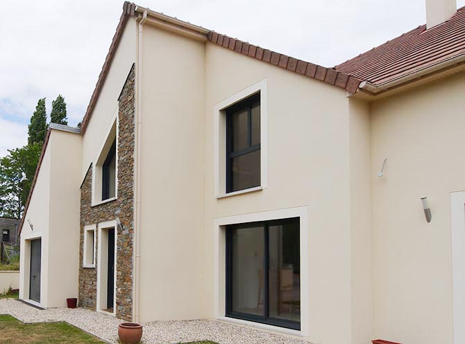 Maison contemporaine île de France, asymétrique, pierres de parement Grandes baies anti-effractions