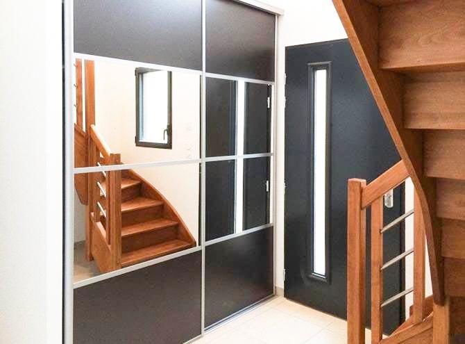 Escalier Jeu de miroirs dans l'entrée. asymétrique, sur mesure