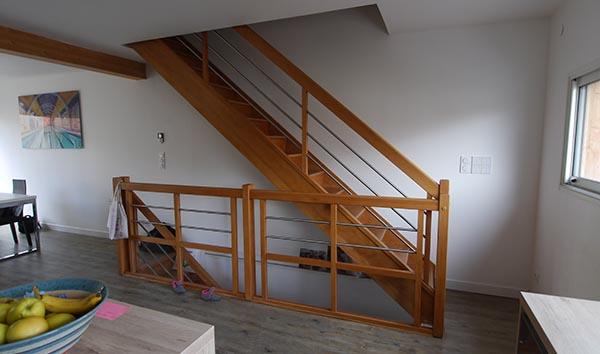 Le rôle esthétique important de l'escalier bois. Conception FranceMaisons-idf