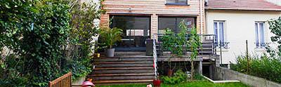 Conception réalisation FranceMaisons-idf. La terrasse depuis le jardin, en osmose avec son entourage