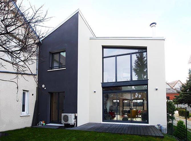 maison de ville design asymétrique vue de l'arriere depuis le terrain