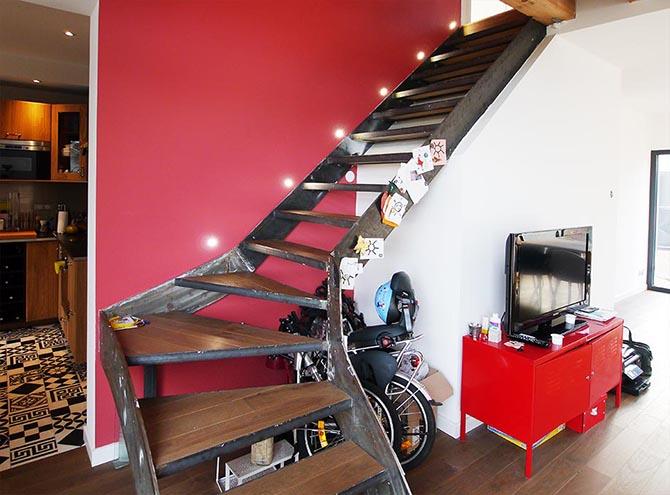 maison de ville design asymétrique Nanterre escalier métallique éclairé