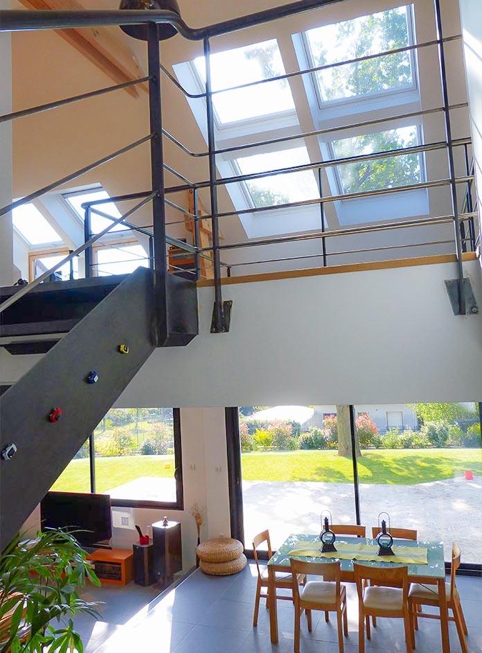 Maison lumineuse Les Velux éclairent le vide et l'escalier