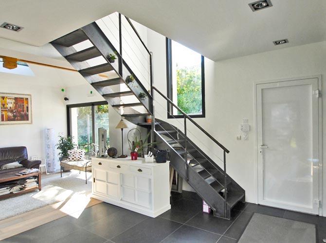 Bièvres. Essonne. Superbe escalier métallique design dans l'entrée lumineuse