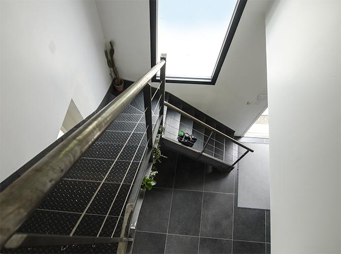 Escalier descendant vers la grande baie oblongue. Bièvres Essonne