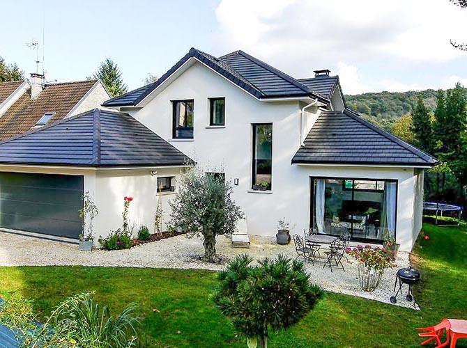 Maison contemporaine et design bien insérée dans son environnement. Bièvres