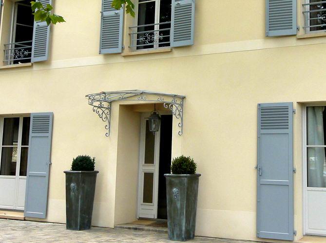 Accueil sous la marquise. France-Maisons.idf. Neauphle-le-Chateau
