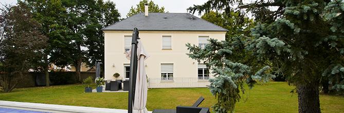 La terrasse et la piscine. Villa de prestige. FranceMaisons-idf