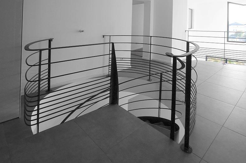 Maison moderne Verrieres-le-Buisson. Escalier circulaire. Degagement