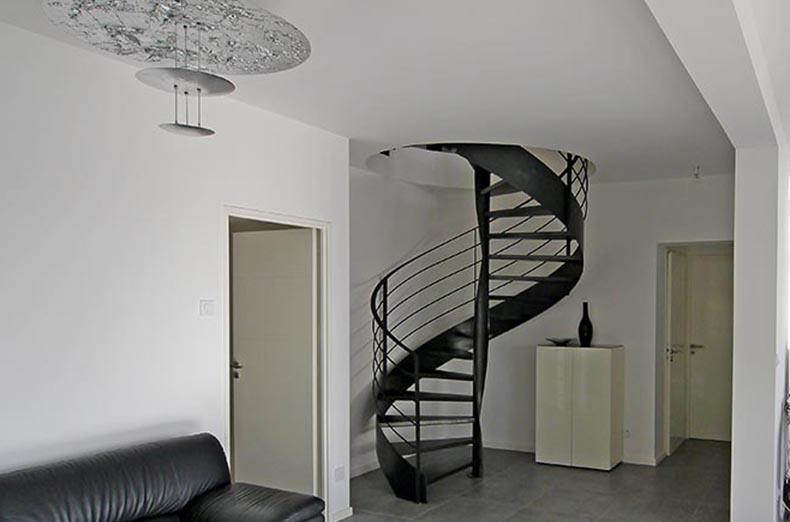 Escalier circulaire arrivée spectaculaire au salon en rez de jardin