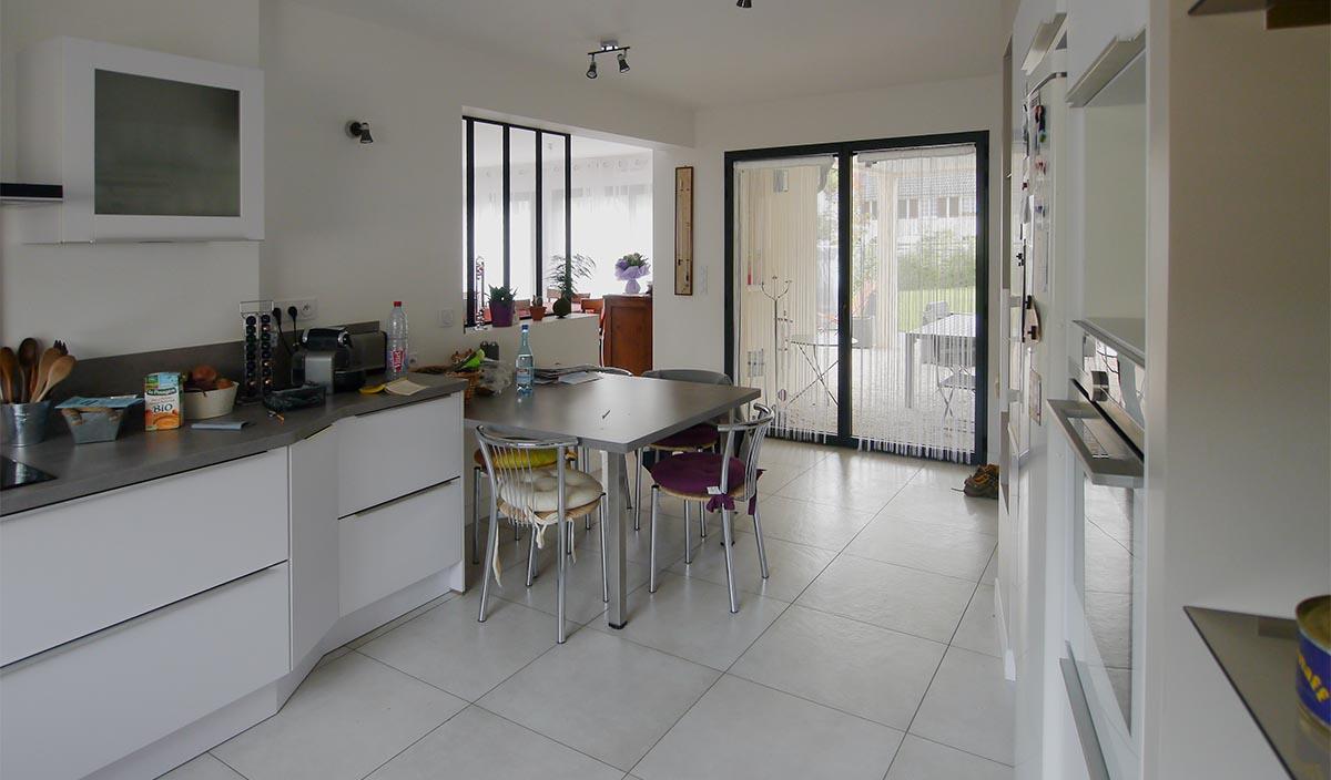 Les Clayes sous bois Cuisine ouverte sur salle à manger et terrasse. Maison moderne FranceMaisons.idf