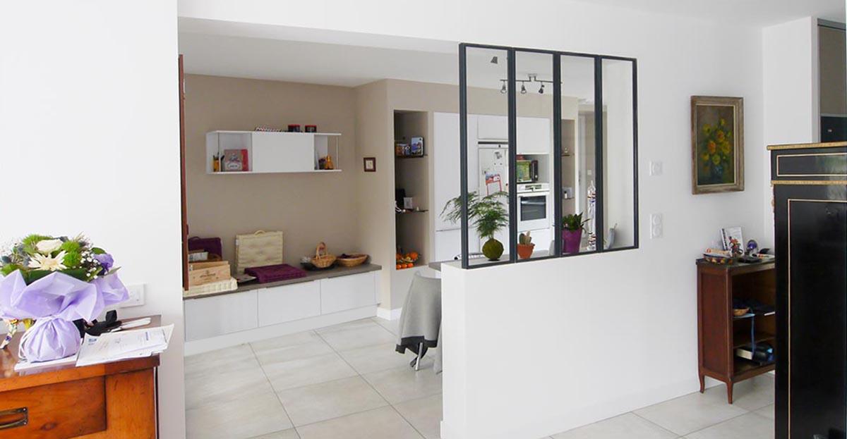 La verrière entre le séjour et la cuisine. FranceMaisons.idf Maison originale