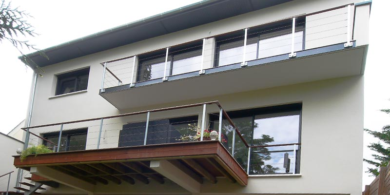 Terrasse et balcon. Deux manières de fixer les garde-corps
