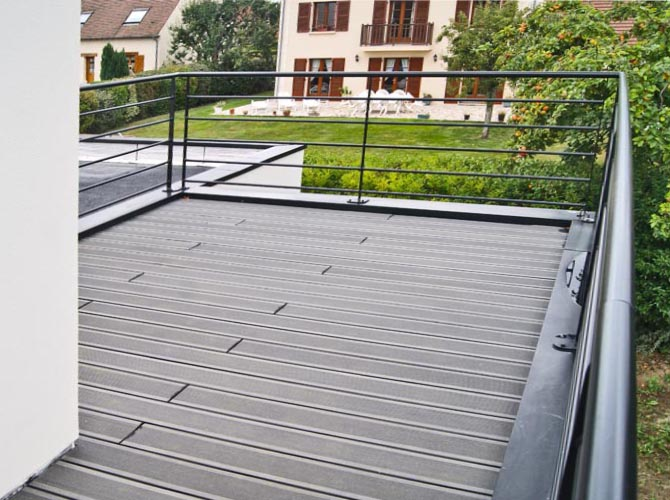 Petite terrasse accessible par le balcon