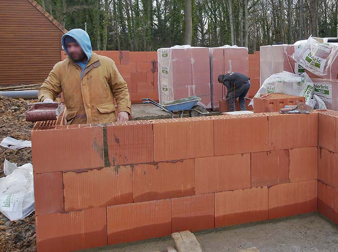 Montage de la brique à joint mince