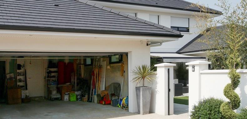 Garage en accès facile, aire de stationnement et accès direct au salon de jardin
